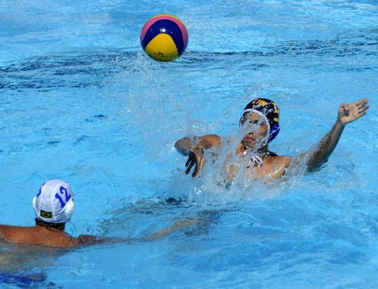 图文-[世锦赛]中国水球男队9-5巴西王洋水中传球