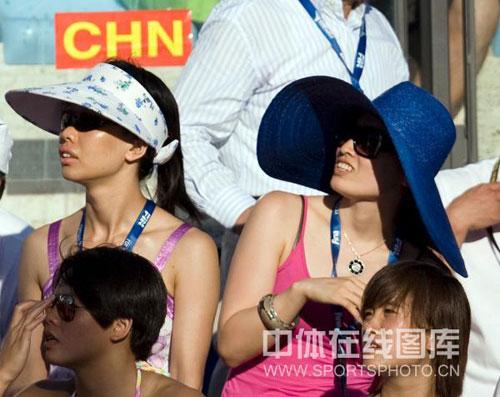 图文-罗雪娟观战游泳世锦赛什么吸引了她?