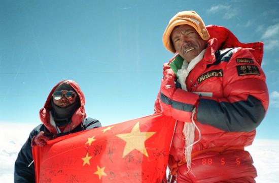 登山老照片回顾 珠峰之巅展开一面五星红旗高清图片