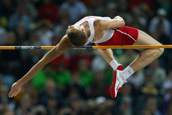 跳高_图文-田径世锦赛男子跳高决赛 飞跃横杆的一瞬间