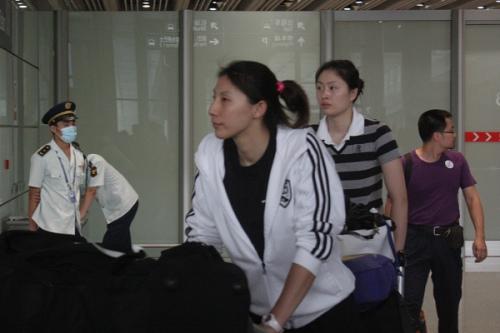 图文-中国女排结束总决赛征程返京李娟和马蕴雯