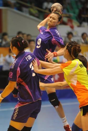 图文-全运会女子手球安徽进决赛张红莉强行打门