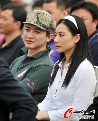 图文-成都谢菲联足球公园开园刘璇与男友并肩而坐