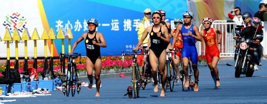 图文-全运会女子铁人三项决赛比赛场面紧张刺激