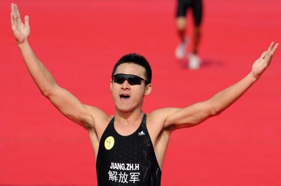 图文-全运会男子铁人三项姜智航夺冠庆祝胜利