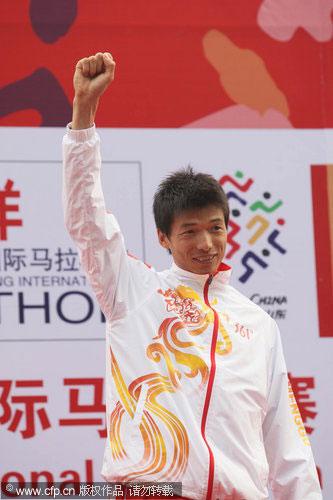 图文-北京马拉松男子组韩刚中国第一向观众致意