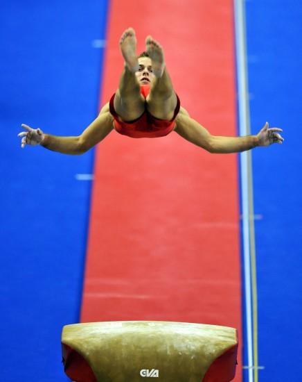 图文-体操世锦赛18日决赛赛况热身练习也不含糊