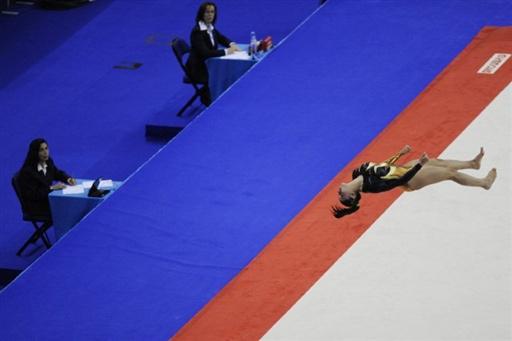 图文-体操世锦赛女选手头部着地受伤空中翻越出意外
