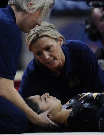 图文-体操世锦赛女选手头部着地受伤接受紧急治疗