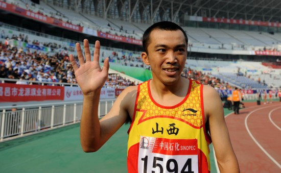 图文-全运会男子800米李翔宇夺冠和大家打个招呼