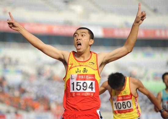 图文-李翔宇获得男子800米冠军欢呼胜利