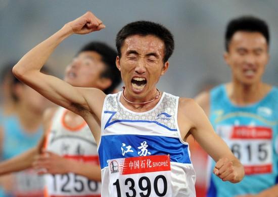 图文-林向前男子5000米夺冠挥拳庆祝