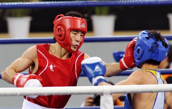 图文-胡青获拳击60公斤级冠军胡谦逊获亚军