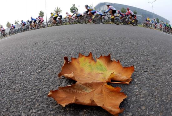 (全运会)(6)自行车——女子公路个人赛战报 10月27日,选手们在比赛中。当日,在山东济南举行的第十一届全运会自行车女子公路个人赛中,辽宁队选手赵娜获得冠军。 新华社记者李钢摄