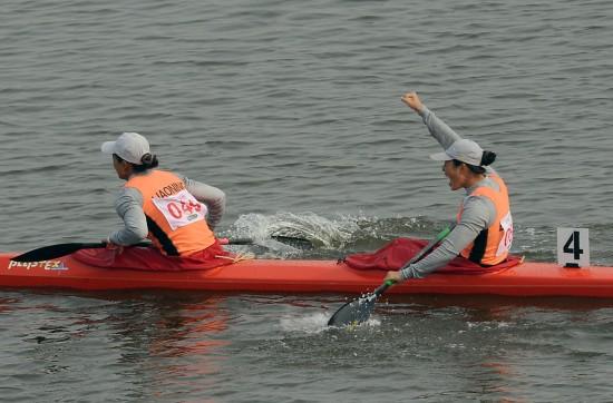 图文-女子双人皮艇500米决赛赛况双梅庆祝夺金