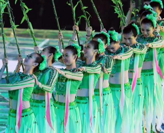 图文-第十一届全国运动会闭幕式演员摆出柳树造型