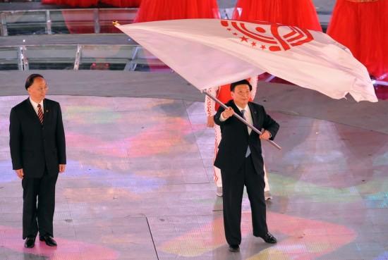 图文-全国运动会举行闭幕式姜大明挥舞会旗