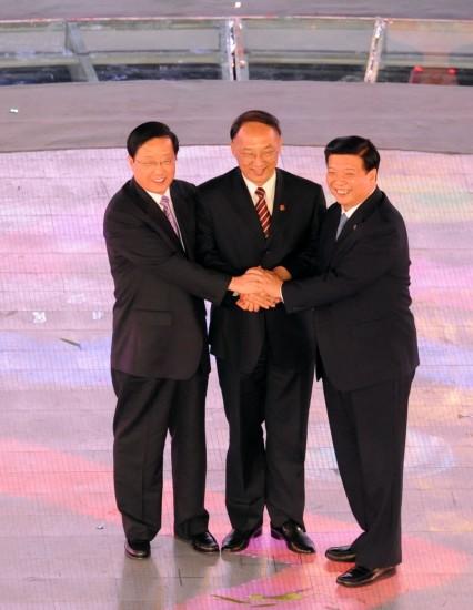 图文-全国运动会举行闭幕式三人展望明天