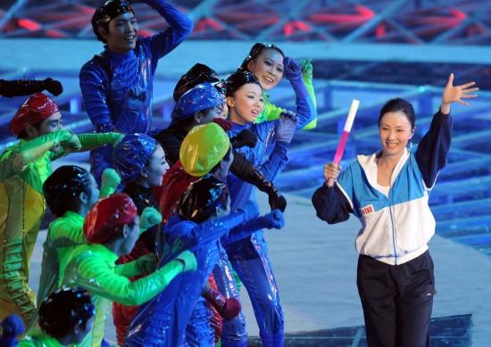 图文-全国运动会在济南举行闭幕式陶虹受欢迎