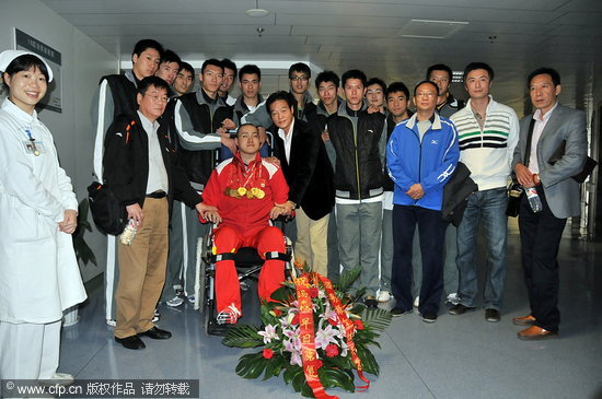 图文-上海男排将全运金牌赠汤淼大家一起合影留念