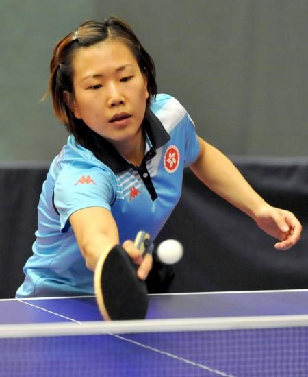 图文-中国香港乒球队备战东亚运柳絮飞回球