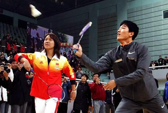 图文-刘翔参加上海全民健身节刘翔朱颖文搭档双打