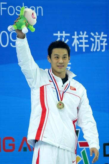 图文-游泳亚锦赛首日赛况周嘉威夺冠后喜笑颜开