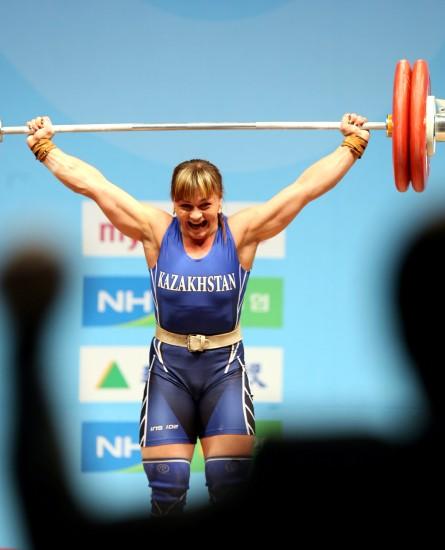 图文-波多别多娃破75公斤3项世界纪录一举定乾坤