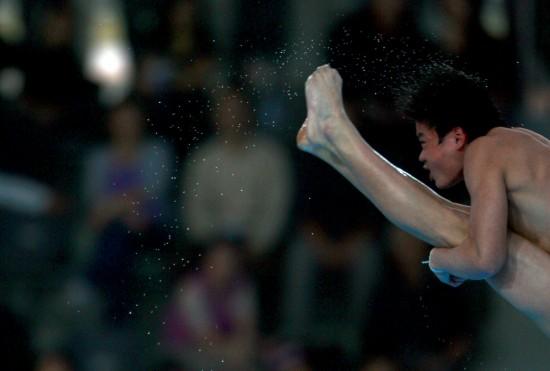 图文-亚锦赛应宏男子10米台获亚军应宏抱膝空翻