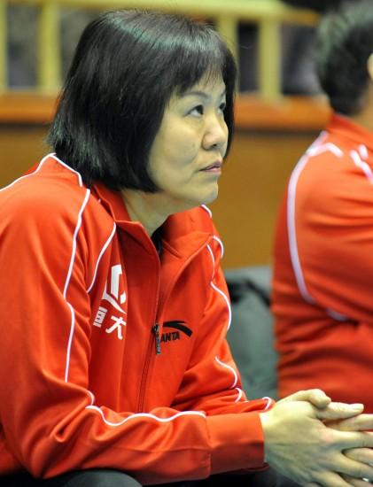 图文-郎平B组联赛首秀恒大VS河北赛前观看队员训练