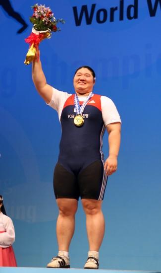 图文-女子75公斤以上级战况张美兰站在领奖台上