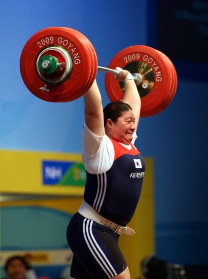 图文-女子75公斤以上级战况张美兰奋力一举