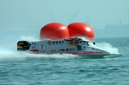 图文-F1摩托艇卡塔尔首战中国队伦迪顺利绕标