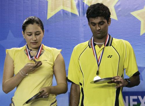 图文-羽联总决赛混双决赛印度组合端详银牌