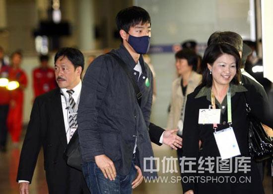 图文-刘翔抵达香港参加东亚运飞人在看什么