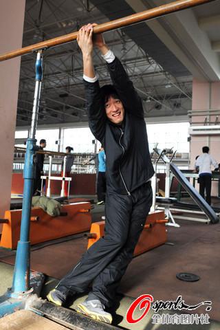图文-飞人刘翔伤愈后首次冬训身体柔韧性超好
