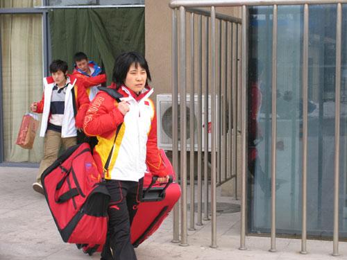 图文-中国女子冰球队出征冬奥会王莉诺率队出征