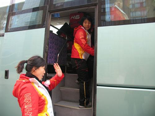 图文-中国女子冰球队出征冬奥会金花踏上旅程