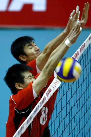 图文-男排联赛第15轮北京3-0四川隋盛胜和队友拦网