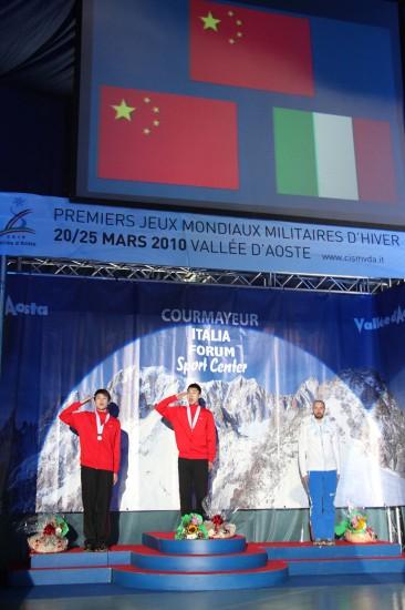 冬季世界军人运动会短道500米 向国旗敬礼
