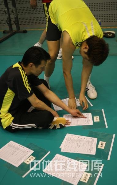 图文-中国男排年内首次公开训练现场指导图文并茂