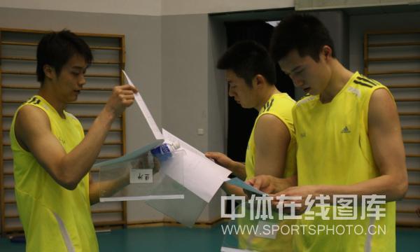 图文-中国男排年内首次公开训练互相交流效果更佳