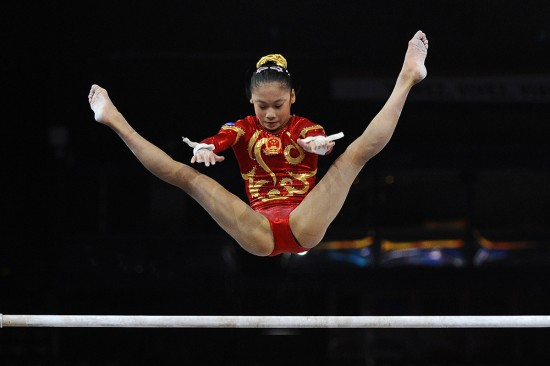 图文-体操世界杯法国站资格赛吴柳芳高低杠比赛中