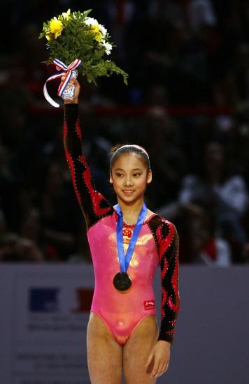 图文-体操世界杯法国站吴柳芳颁奖仪式上致意
