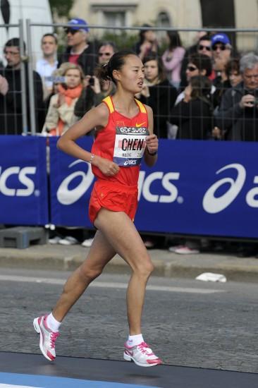 图文-巴黎国际马拉松赛鸣枪女子组陈惠荣比赛中