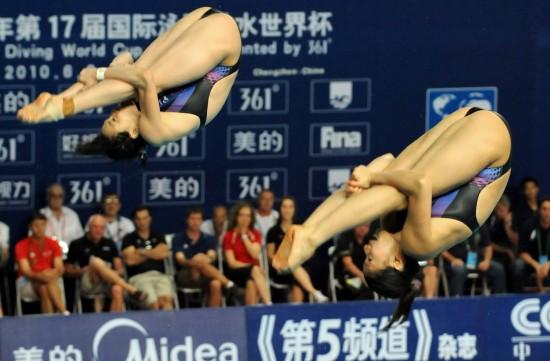 图文-女双3米板何姿/吴敏霞夺冠空中姿态绝佳