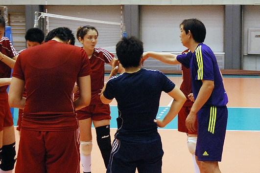图文-中国女排集训备战总统杯教练为队员重点指导