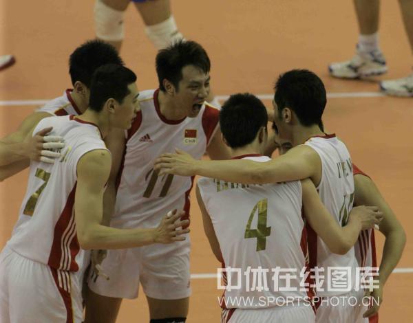 图文-中国男排2-3负塞尔维亚男排队员庆祝得分
