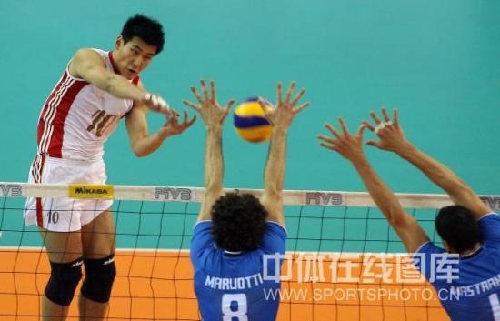 图文-世界男排联赛中国0-3意大利陈平进攻遭遇拦网