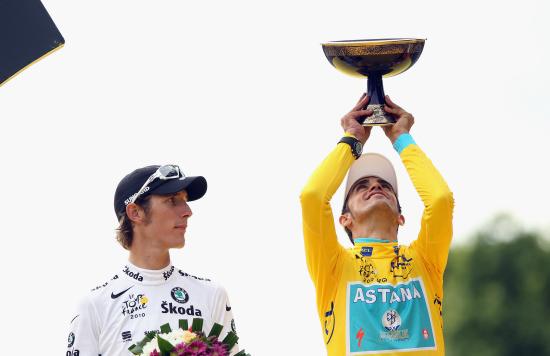 图文-2010年环法颁奖典礼小施莱克对奖杯虎视眈眈